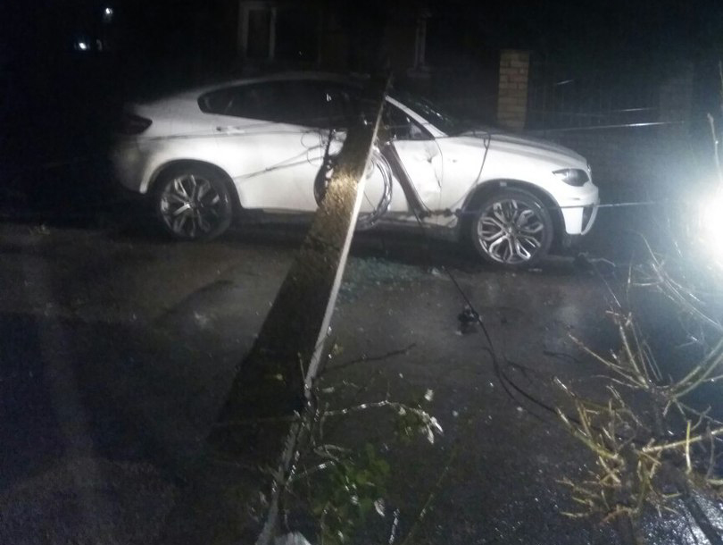 ВКалининграде необычайным ветром повалены деревья, повреждены автомобили