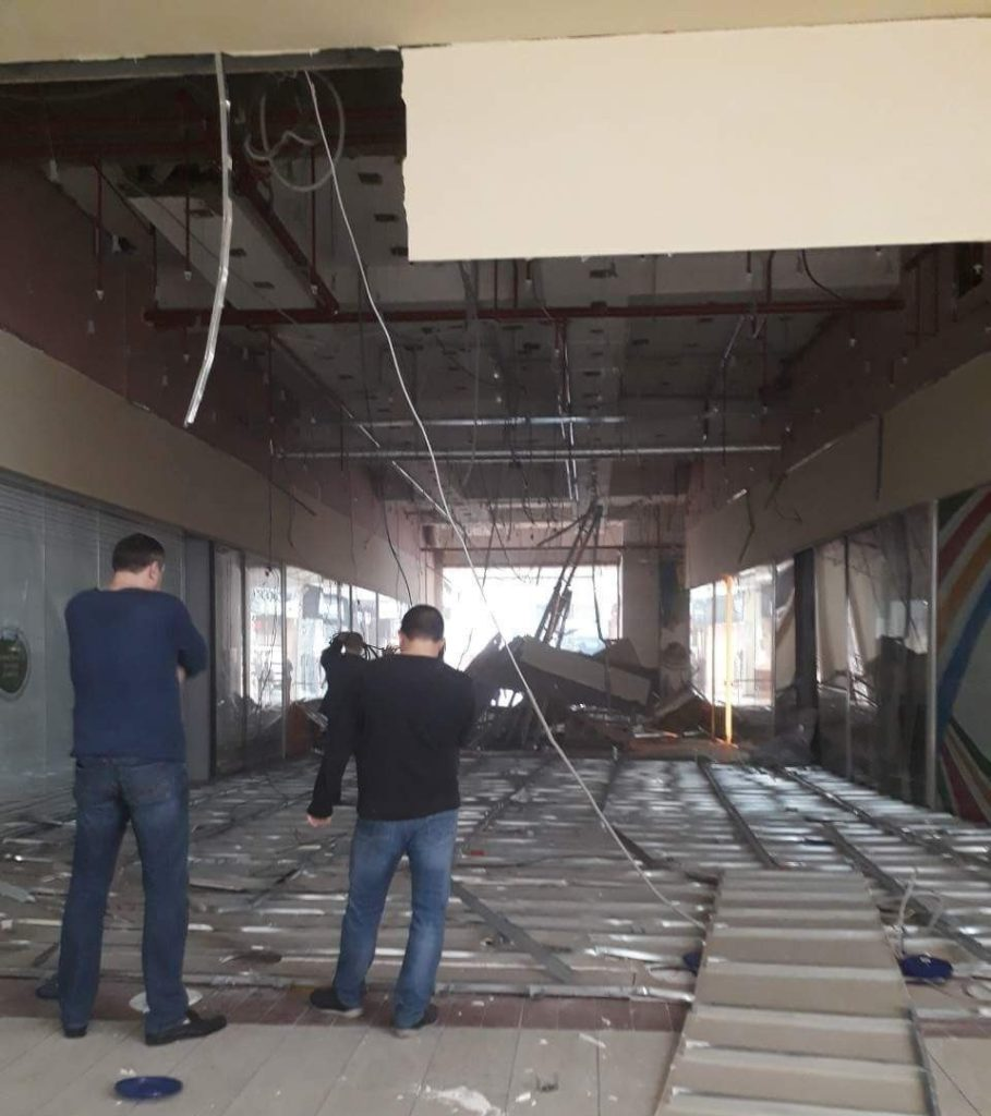 Потолок вТРЦ «Европа» обвалился вовремя модернизации светильников