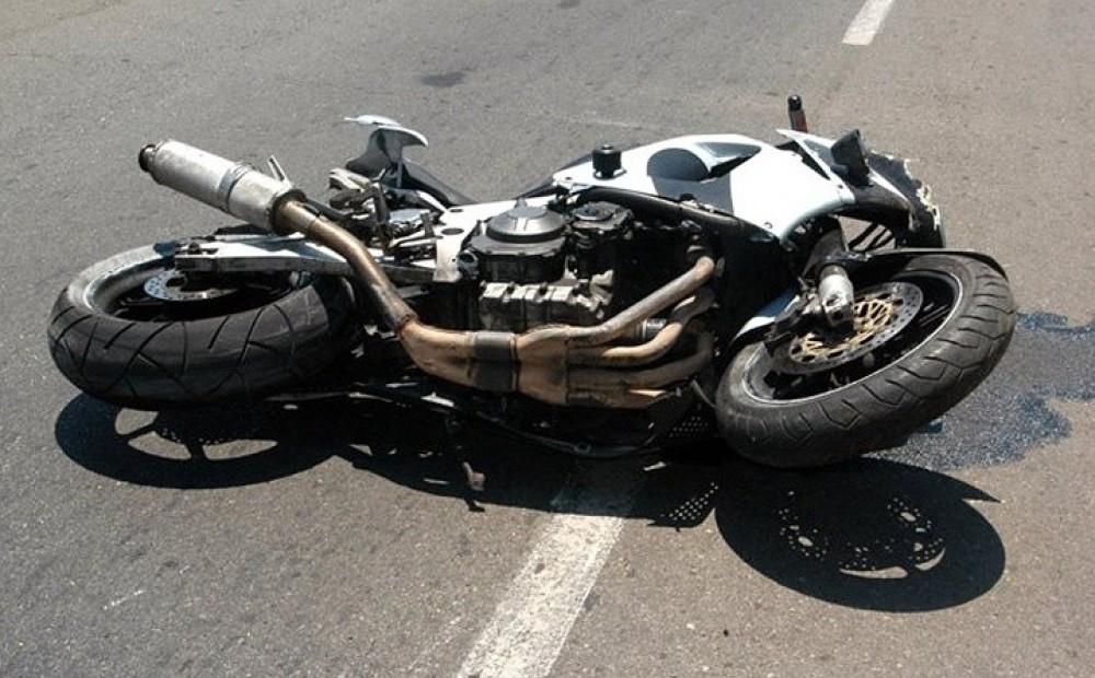 В Курске неизвестный мотоциклист упал на дорогу. Пострадал пассажир