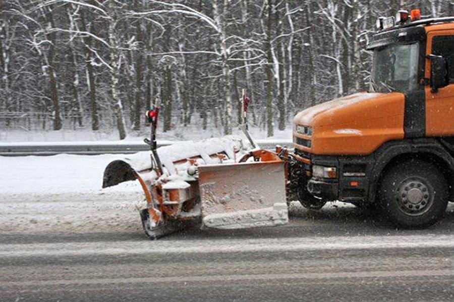 Ручной скрепер на колесах для уборки снега